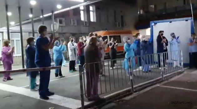 Bulgaristan'da doktorlardan evde kalan halka alkışlı destek