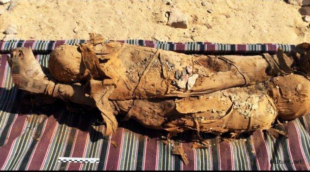 Eski Mısır Mezarında 2.000 Yıllık Eserler ve Mumyalar Bulundu