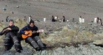 Bulgar heyeti Antarktika'da müzik çalıyor
