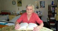 Bulgaristan'da 100 yaşında bir kadın kitap okuyup bulmaca çözüyor